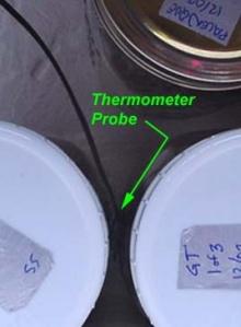 A hőmérőt ilyenkor két befőttesüveg közé kell tenni, de legjobb egy tesztüveg belsejében mérni a pontos hőmérsékletét, ebből tisztább képet ad arról hogy a többi üvegben milyen hőmérsékletek uralkodnak valójában.